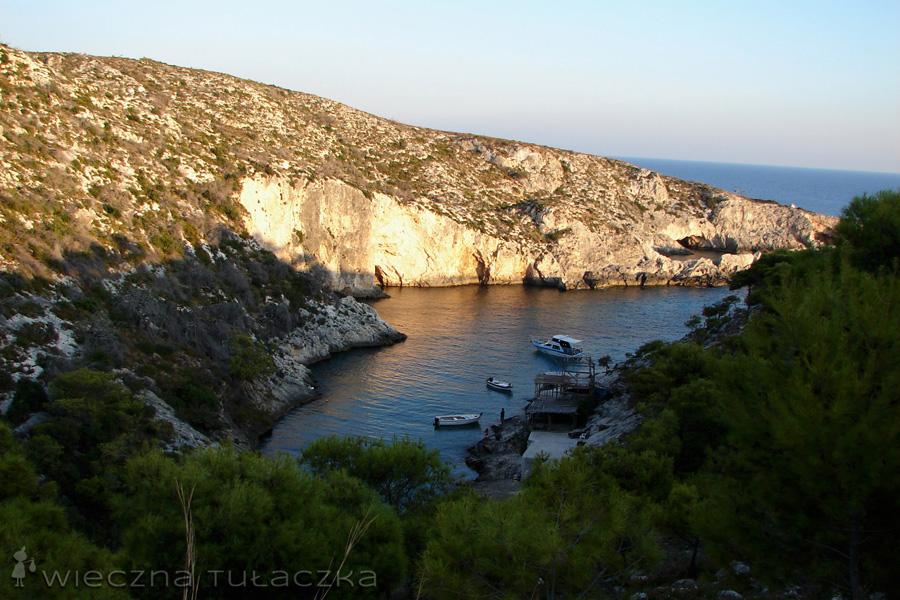 W ciągu dnia przy zatoce Limnionas działa tawerna, z której roztaczają się cudne widoki