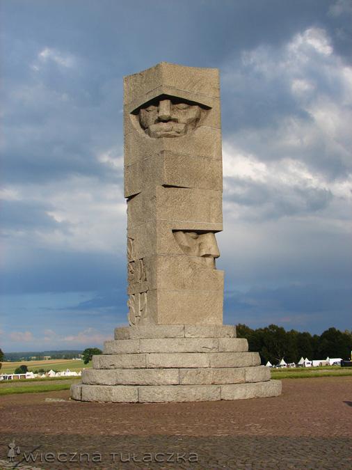 Granitowy pomnik na polach grunwaldzkich
