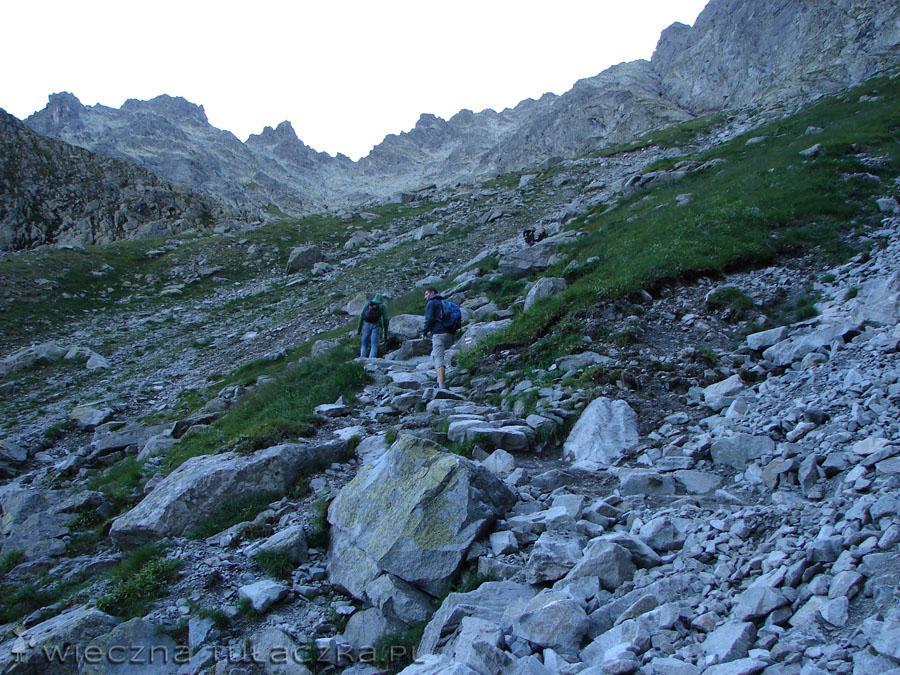 Pierwszy odcinek szlaku wyłożony jest kamiennymi stopniami