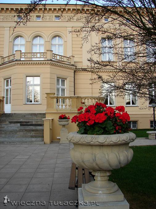 dziedziniec pałacu od tyłu