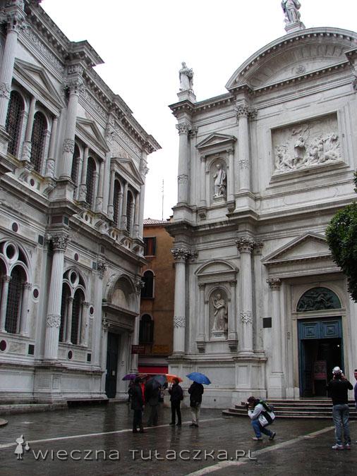 Po lewej Scuola Grande di San Rocco, po prawej kościół San Rocco.