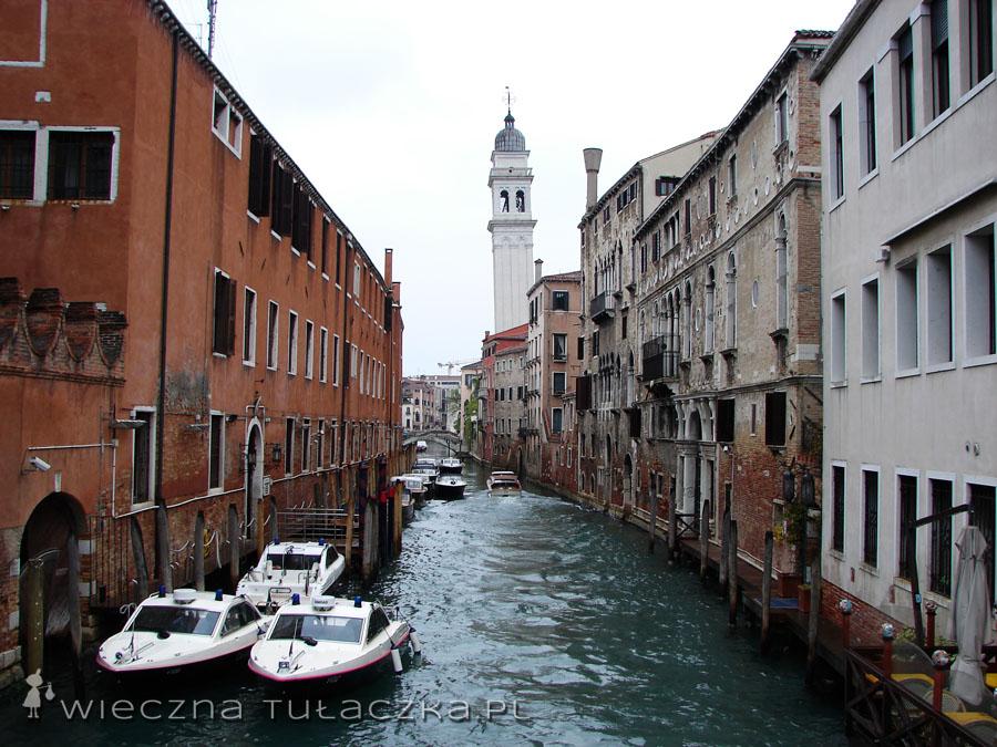 San Giorgio dei Greci jest łatwo rozpoznawalna, dzięki krzywej wieży.