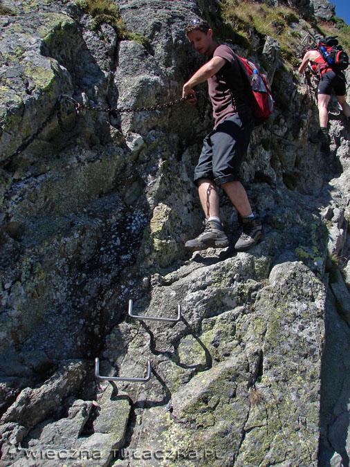 Tam gdzie skała traci na zróżnicowanej rzeźbie, pojawiają się stopnie w postaci klamer ;)