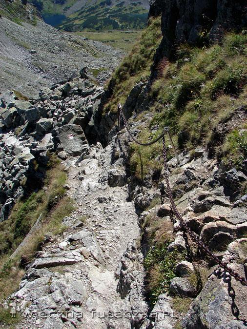 I ścieżyna wśród pięknych okoliczności przyrody i kamlotów wyprowadzana nas na główne siodło Zmarzłej Przełęczy.