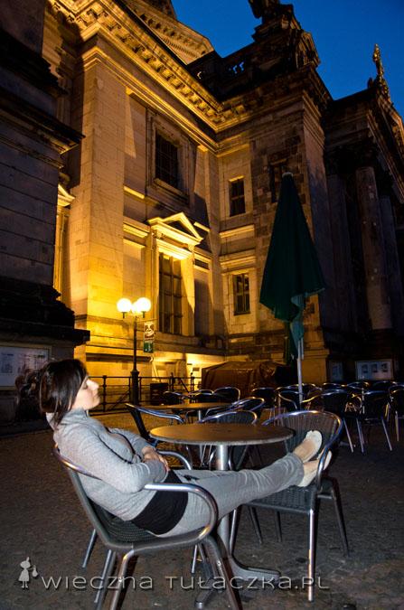 Wejście do katedry sporo kosztuje, ale jeszcze więcej euro można stracić w kawiarni pod murami świątyni... Ja znalazłam wolny stolik dopiero po jej zamknięciu :)