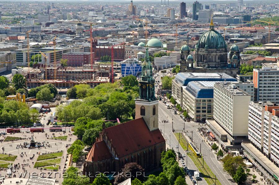 Doskonale widać Fontannę Neptuna, kościół Maryjny, katedrę berlińską i całe stado innych zabudowań ;)