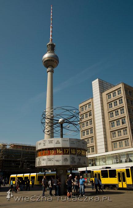 Alexanderplatz to serce Berlina wschodniego i jednocześnie ważny węzeł komunikacyjny. Architektura wokół placu zdominowana jest przez socjalistyczne wieżowce.