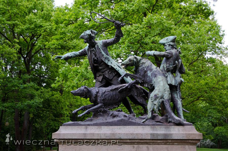 A to jedna z poważniejszych rzeźb w alejce... ale weźcie teraz pod uwagę fakt, że cały łowiecki teren był ogrodzony, aby uniemożliwić ucieczkę zwierzynie i ułatwić polowanie ... :P