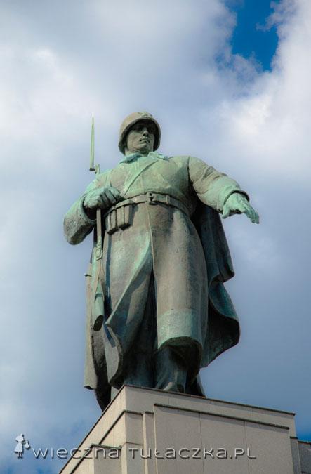 Zanim dotrzemy do topowego obiektu przy Strasse des 17. Juni, mijamy kolejny napuszony pomnik - tym razem ku czci żołnierzy radzieckich.