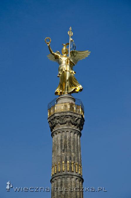 Na szczycie znajduje się figura Nike. Posąg ma ponad 8 metrów i waży 35 ton!