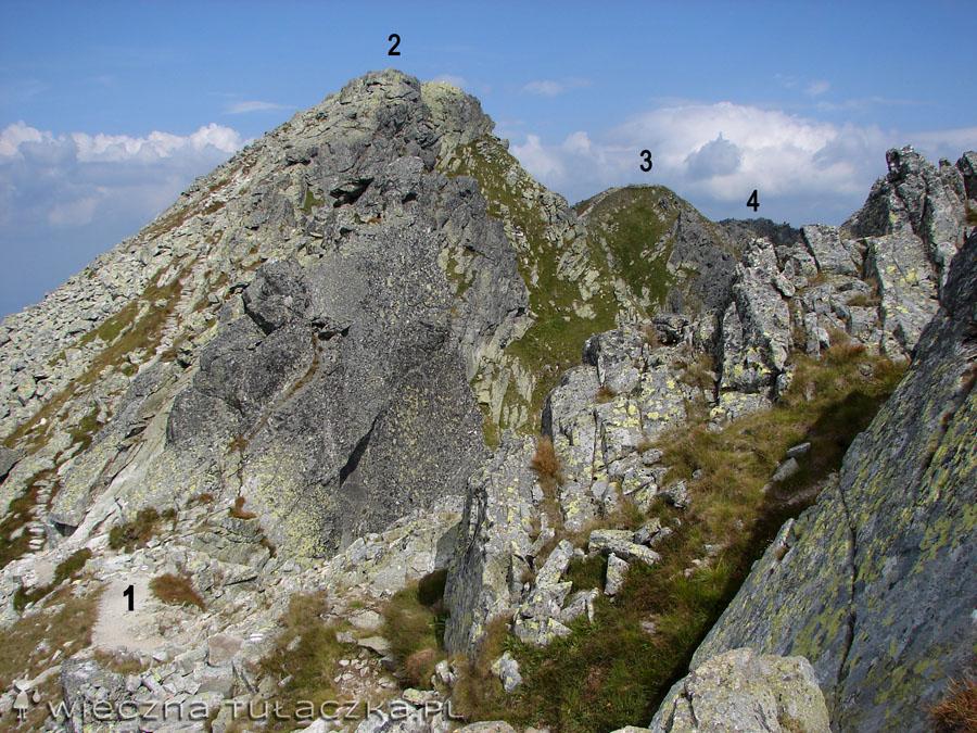 1.Zadnia Sieczkowa Przełaczka (2194 m), 2.Zadni Granat (2240 m), 3.Pośredni Granat (2234 m), 4.Skrajny Granat (2225 m).     Przed nami banalny chodnik na pierwszy z Granatów, pięknie wyłożony kamiennymi stopniami.