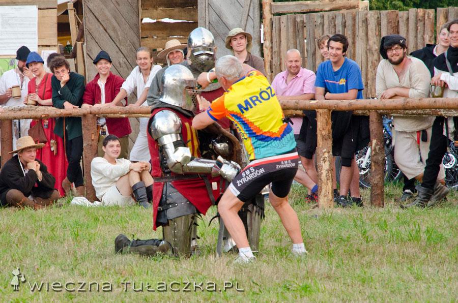Zbroja czysta, więc można sobie wypić ;) Nie no żartuję, rycerz honorny jest i nie pije trunków podczas turnieju. Ten egzemplarz został napojony siłą przez pana z publiczności ;)