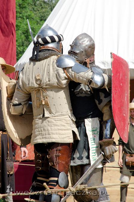A żeby nie było, że to tylko brutalne i krwawe walki ;) to panowie rycerze przytulają się na koniec ;)