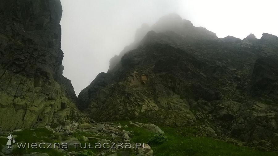 Kozia Przełęcz wciśnięta jest między ścianę Zamarłej Turni a Kozie Czuby leżące w masywie Koziego Wierchu.