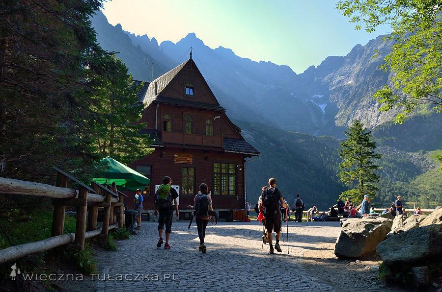 Jezioro i dolina położone w głębi wysokich gór najpierw przyciągały górników poszukujących w tatrzańskich skałach złota i żył kruszcowych. Później pojawili się tutaj malarze, poeci i turyści oraz naukowcy.