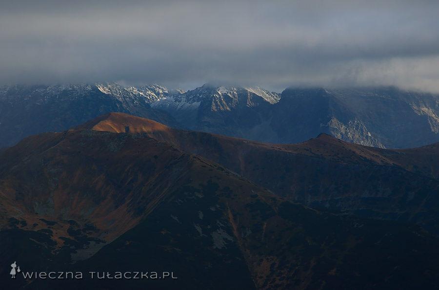 Na pierwszym planie Wielka Kopa Koprowa, w chmurach Grań Hrubego, Krótka i Krywań (po prawej).