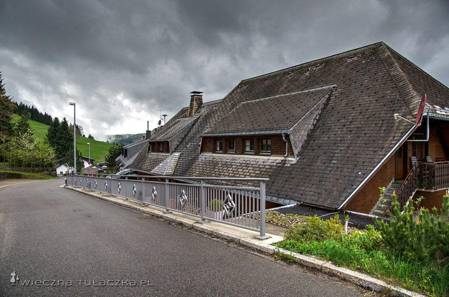 Dachy sięgające niemal fundamentów są charakterystyczne dla regionu.