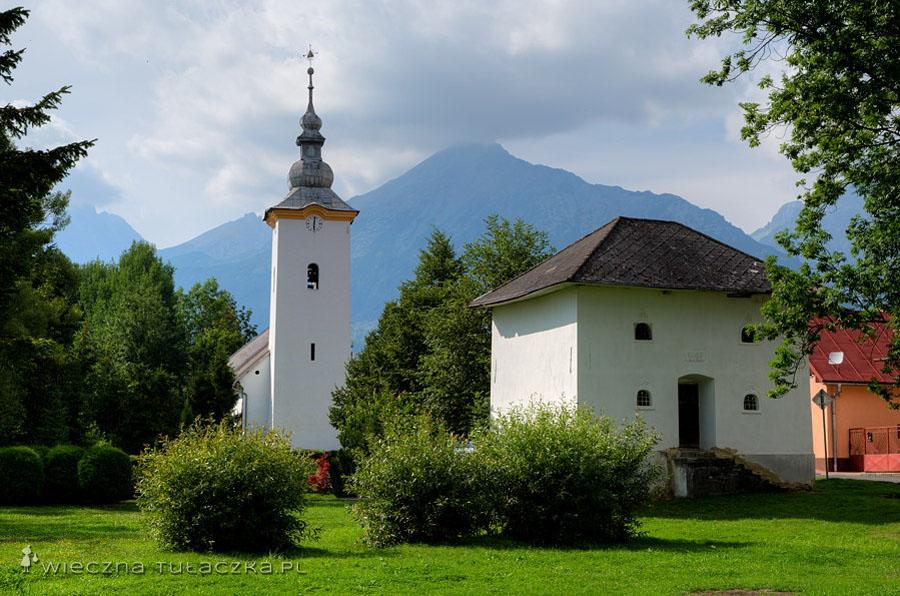 Kościół w Nowej Leśnej, za nim Sławkowski Szczyt