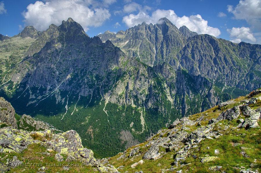 Żółty Szczyt i Pośrednia Grań, w na drugim planie Baranie Rogi, Spiska Grzęda, Durny Szczyt, Łomnica oraz Kieżmarski Szczyt.