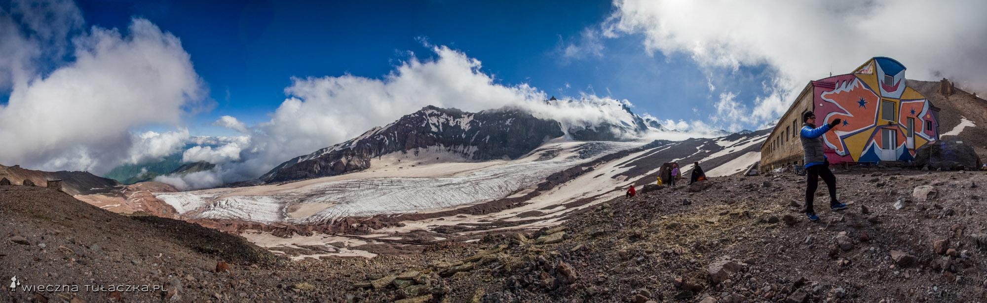 Masyw Ortsveri ponad lodowcem Gergeti