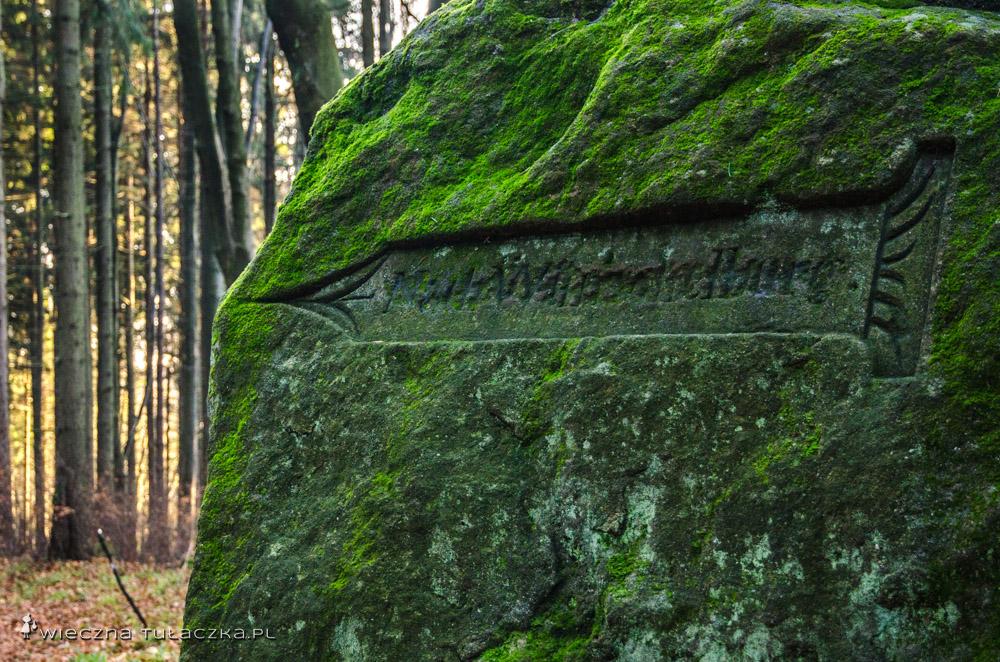 Stary szlakowskaz na Karłów - wiele takich w Górach Stołowych