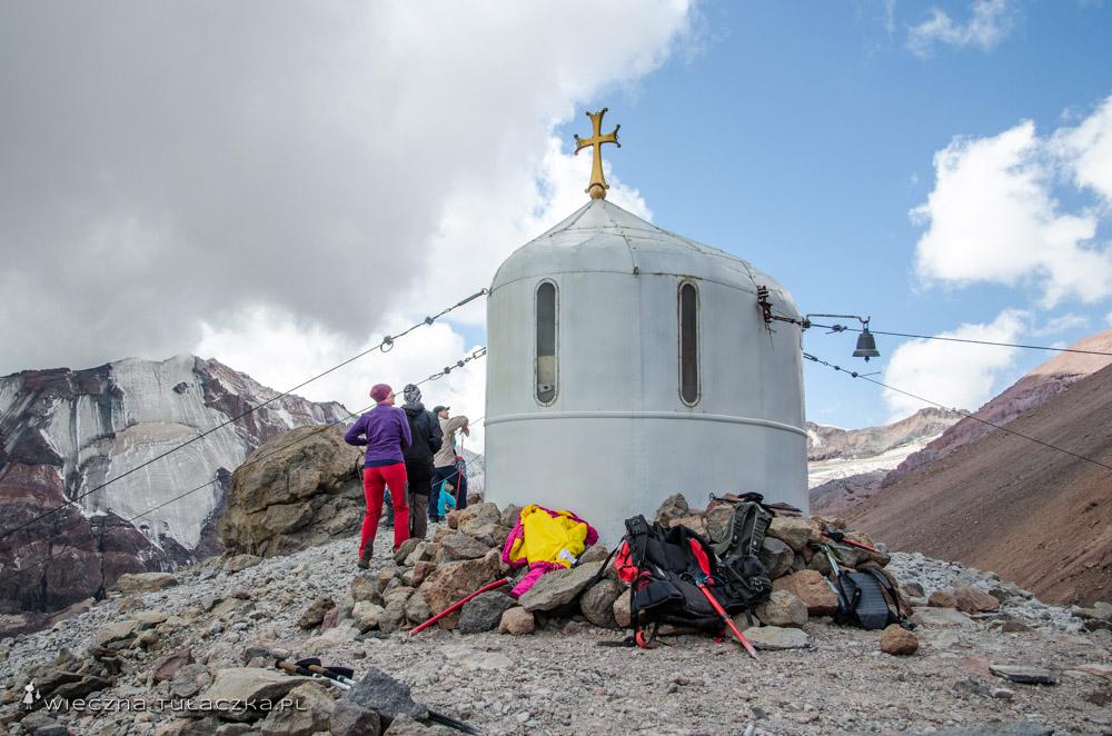 Biała kapliczka pod Kazbekiem