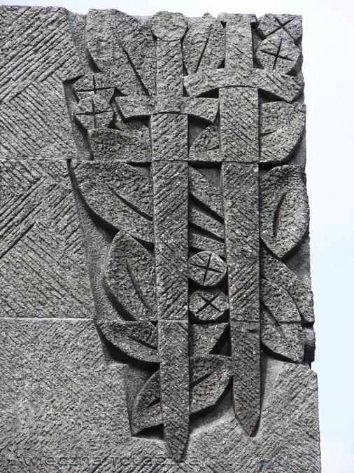 Dwa miecze na granitowym pomniku