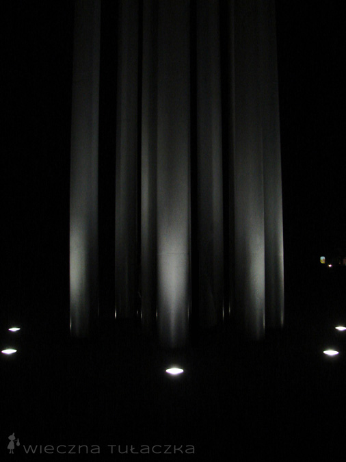 obelisk nocą