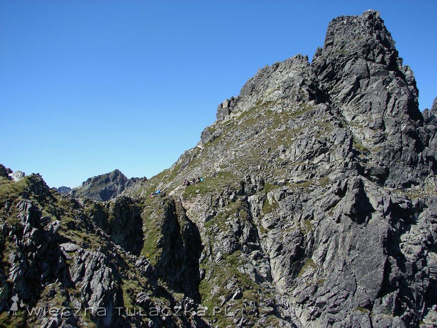 No i mamy przełęcz na wyciągnięcie nogi. Po prawej Mięguszowiecki Szczyt Pośredni.