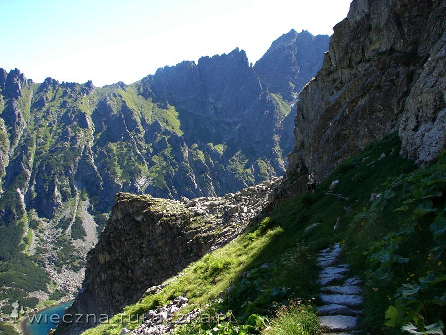Póki co szlak prowadzi pod ścianami Kazalnicy, bez żadnych trudności.