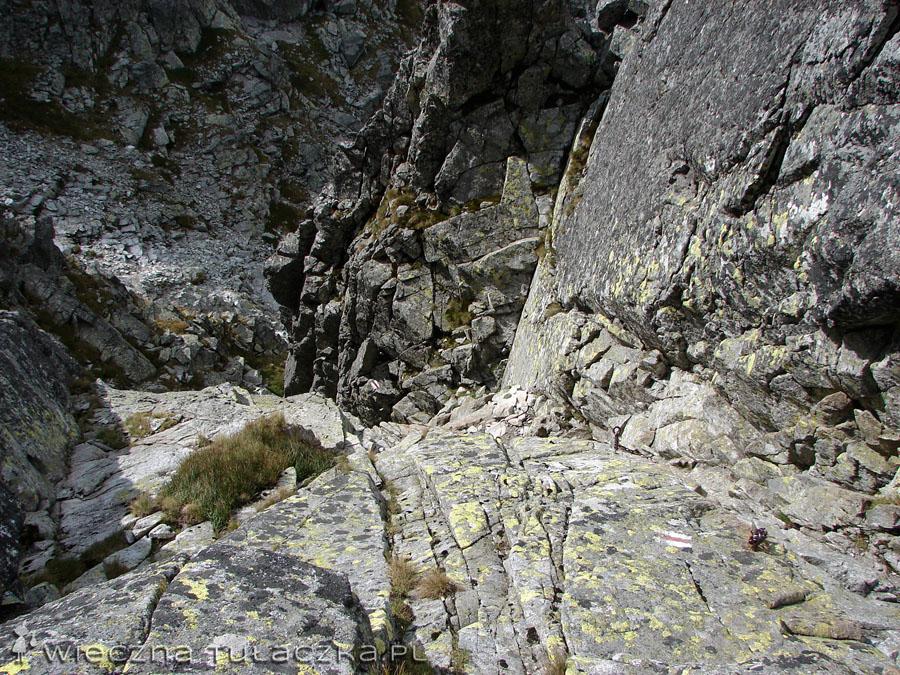 I jeszcze spojrzenie na  wylot komina - może wygląda nieco strasznie, ale jak się przyjrzycie, to po lewej stronie widać mocowania łańcucha, więc ubezpieczenie jest na całej długości :)