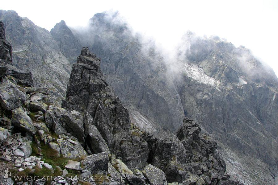 Czarny Mniszek, w chmurach Kozi Wierch i Kozie Czuby.
