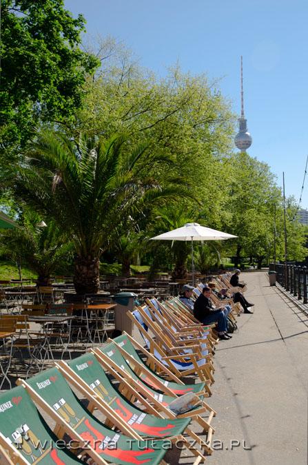 Tuż przy Museumsinsel umościła się egzotyczna kawiarenka, idealna dla turystów wymęczonych tysiącami eksponatów :) Uwaga! Odpoczynek jak monitorowany przez Kulę Szpiegulę ;)