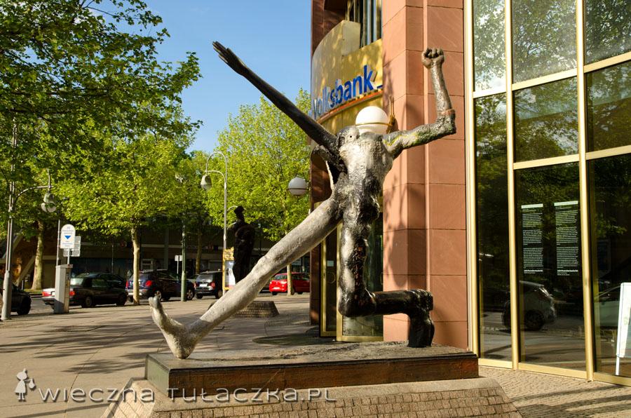"""Mijamy jedną z dziwnych rzeźb i próbujemy wykminić co przedstawia... Po burzliwej dyskusji uznajemy iż jest to połączenie antycznego rzutu oszczepem z nazistwoskim pozdrowiem """"Sieg Heil"""", symbolizujące agresywność dzisiejszych kibiców ;)"""