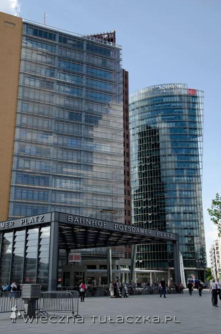 Potsdamer Platz, po prawej wieżowiec zwany Bahn Tower, będący siedzibą niemieckich kolei.