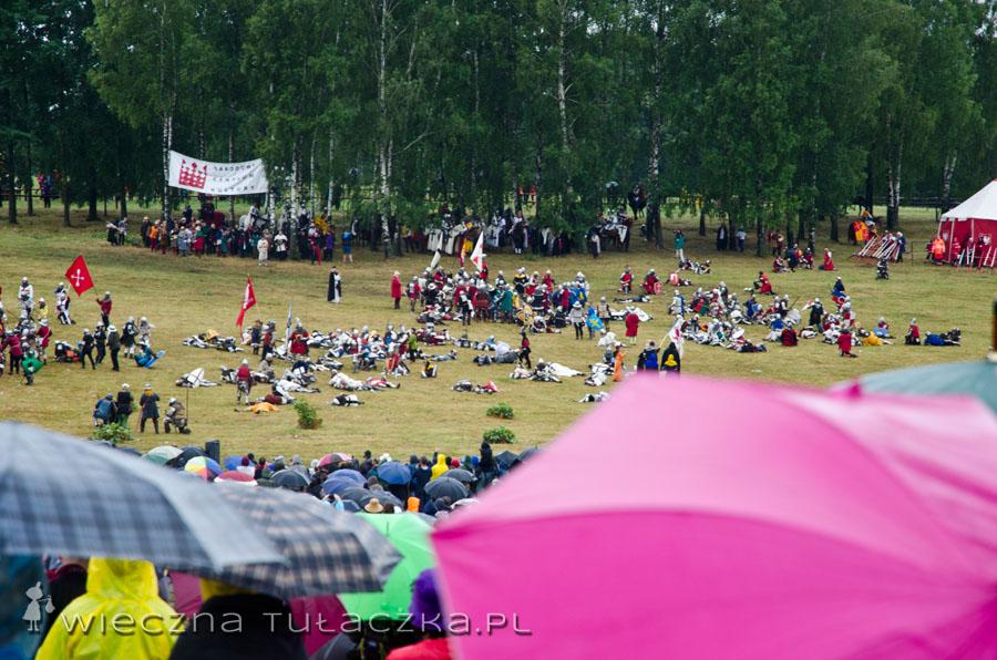 A tu mamy wspomnianą Inscenizację... Niestety lunął deszcz i nawet nie próbowałam robić zdjęć... PS. Lansiarski różowy parasol w kadrze to nie przypadek ;)