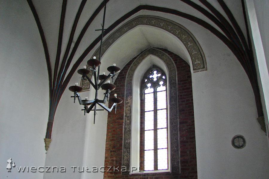 Białe otynkowane ściany kojarzą mi się z jakimś skromnym kościółkiem ;)