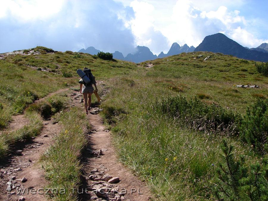 Troszkę ludków na przełęczy się kręciło, więc po chwili ruszyliśmy kuperki, by  usadowić je zaledwie kilkadziesiąt metrów dalej.