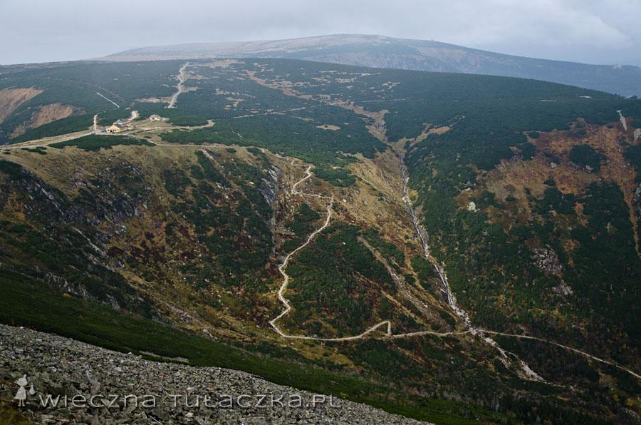 Ze Śnieżki znakomicie widać czerwony szlak, który obniża się Doliną Łomniczki do Kapracza
