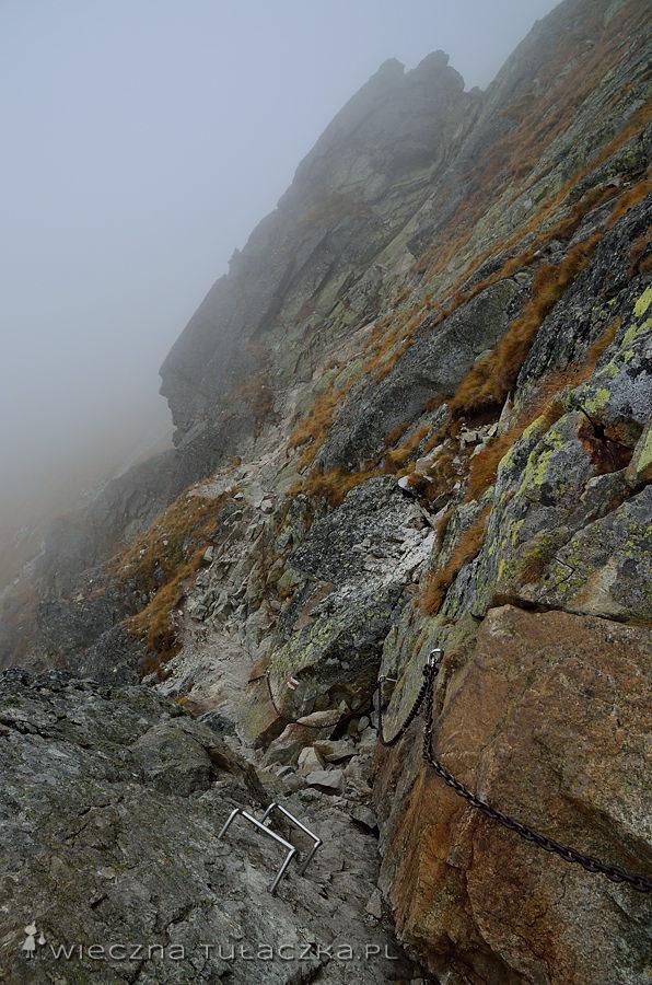 Mały kominek pokonujemy w dół, za to duży komin (ta spora rysa w tle zdjęcia) zdobywać dla odmiany pod górkę