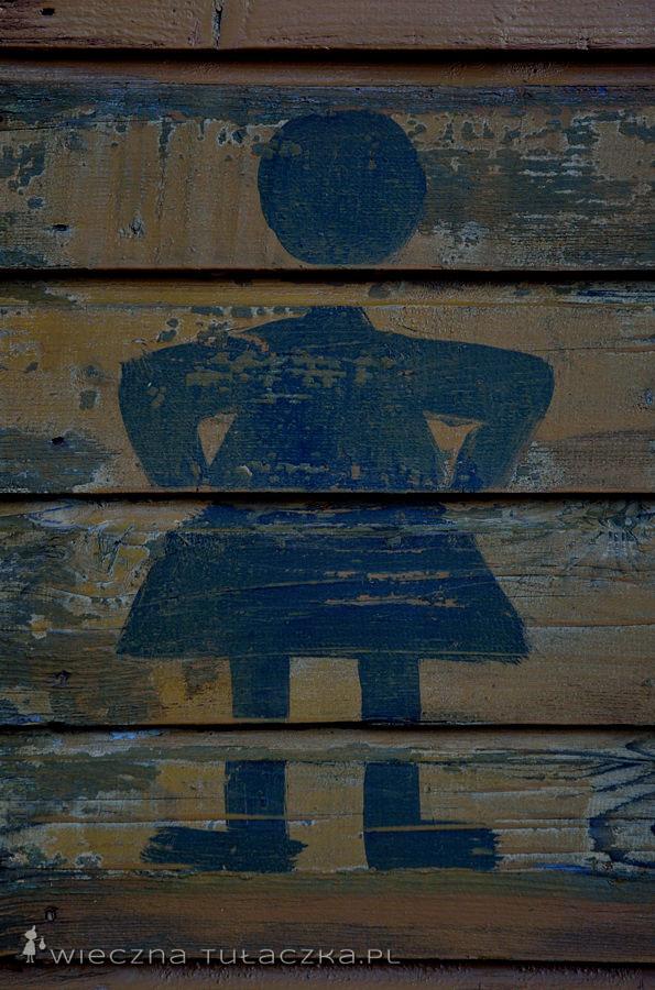 Malunek na damskim schroniskowym wychodku przypomina moje logo :P