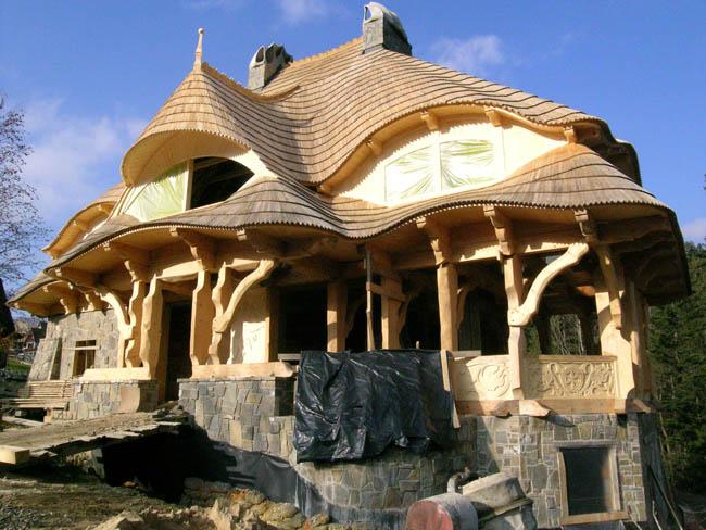 Kolejny projekt tego samego architekta. Inspiracje Gaudim widać gołym okiem, ale czy potrzeba nam Barcelony w Zakopanem? Źródło: archiwum.warta.pl