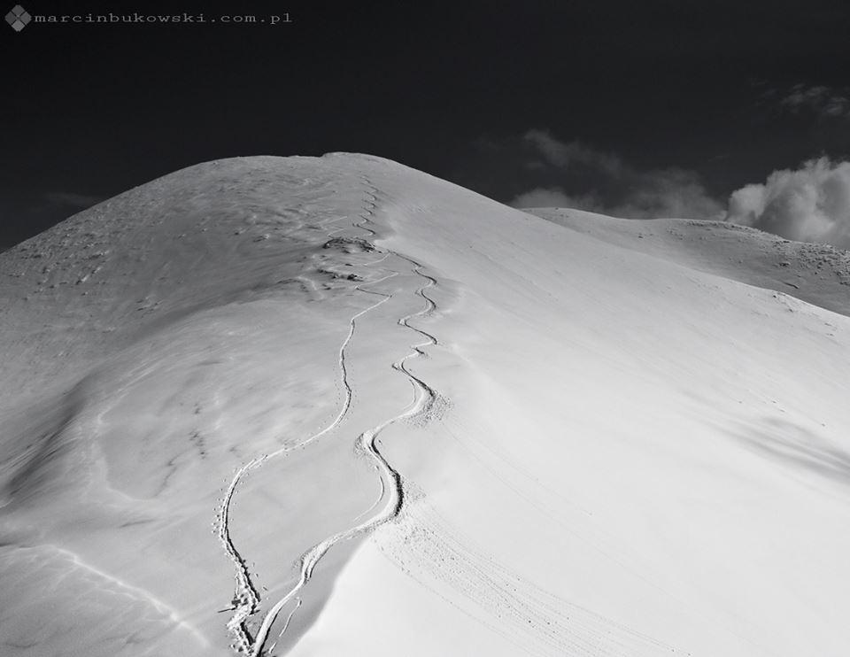 """Gdy inni wjeżdżają na szczyty wyciągami narciarskimi, skitourowcy wolą sami wdrapywać się pod górę uciekając przed zatłoczonymi, hałaśliwymi stokami. Polskie Tatry są dla nich wymarzonym miejscem, szczególnie wiosną! Fot. Marcin """"Bukol"""" Bukowski"""