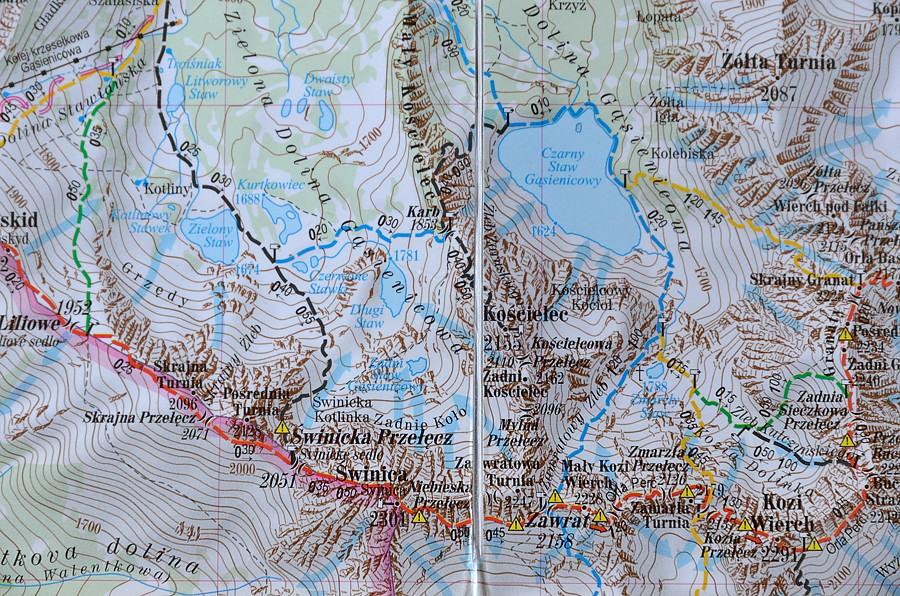 Popularna Express Map w skali 1:30 000. Kiepsko czytelna przy nagromadzeniu szlaków, szczytów, przełęczy... Generalnie jeden wielki kocioł.