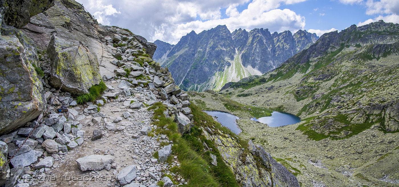 Szlak na Rysy, w tle Żabie Stawy i Wołowiec Mięguszowiecki oraz Grań Baszt