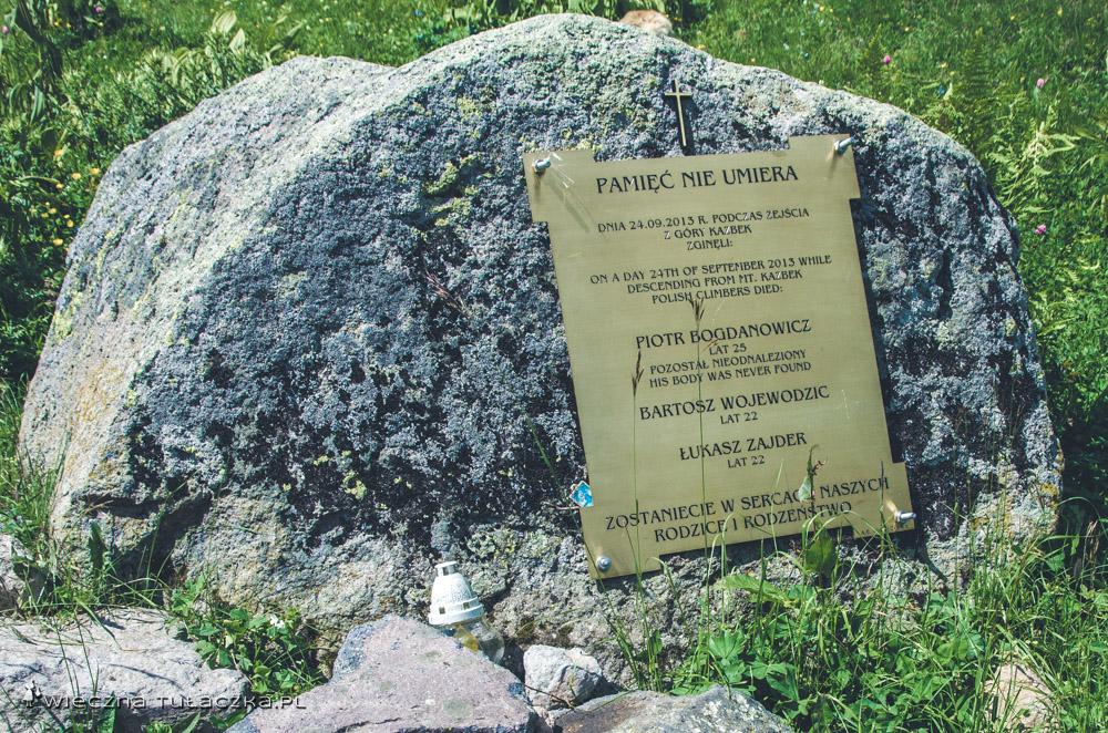 Tablica znajduje się pomiędzy kościółkiem a przełęczą Arsha