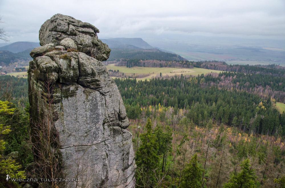 Małpolud, a w oddali czeskie Broumowskie Ściany