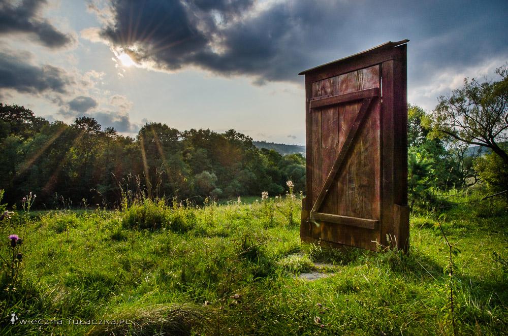 Symboliczne drzwi w Beskidzie Niskim